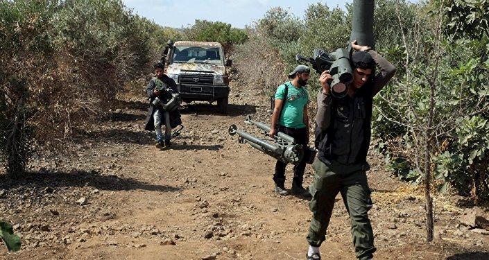 Combatientes del Ejército Libre Sirio (ELS) se preparan para un ataque contra el ejército leal al presidente Bashar el Asad, el 30 de septiembre de 2015