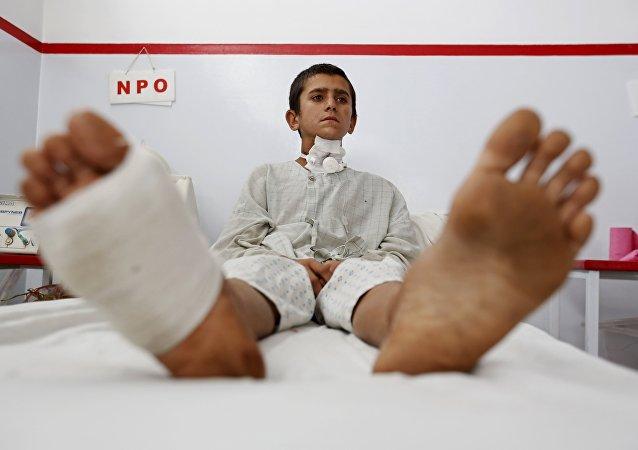 Un niño afgano herido, quien sobrevivió a un ataque aéreo estadounidense contra un hospital de Médicos Sin Fronteras en Kunduz