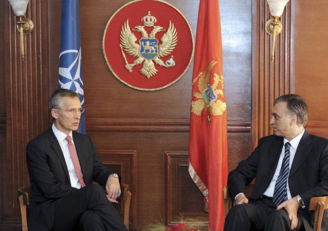 El canciller de Montenegro, Igor Luksic con el Secretario general de la OTAN Jens Stoltenberg (archivo)