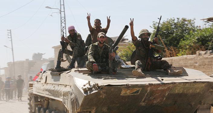 Soldados sirios sobre un vehículo blindado en una localidad liberada (Archivo)