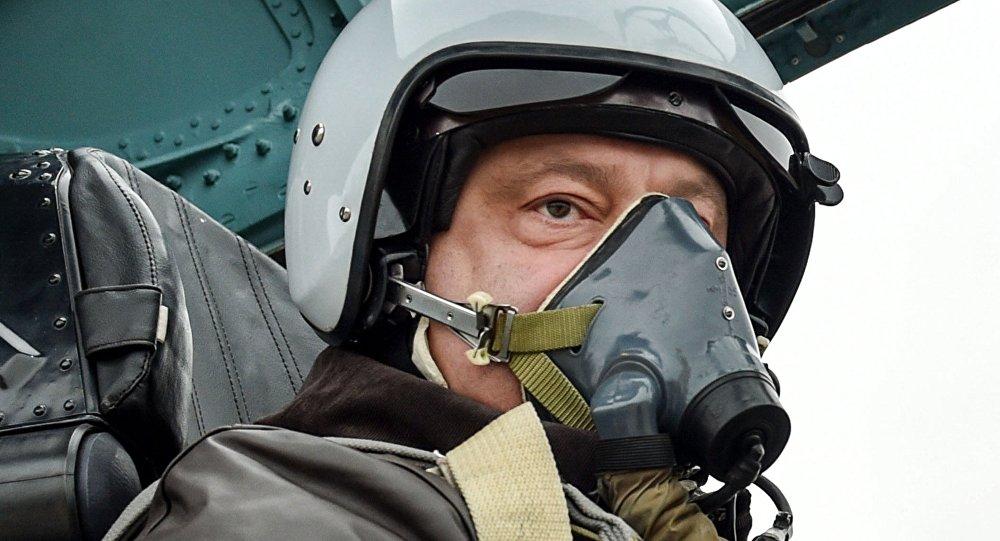 Petró Poroshenko, presidente de Ucrania, en la cabina del avión Su-27 modernizado