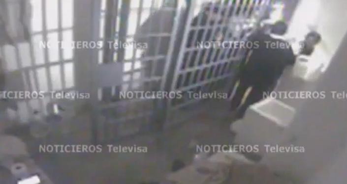 """""""Hay un hoyo en la regadera"""", dijo custodio al descubrir fuga del Chapo Guzmán"""