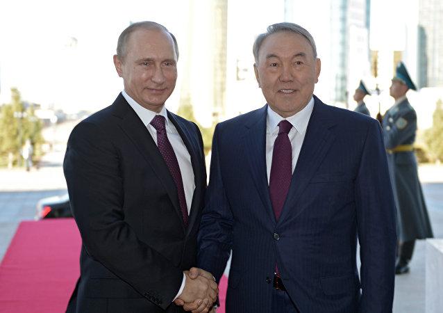 El presidente de Rusia, Vladímir Putin y el presidente de Kazajistán, Nursultán Nazarbáev