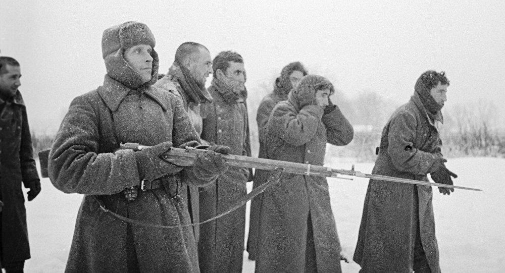 Soldado del Ejército Rojo acompaña los prisioneros de la División Azul española