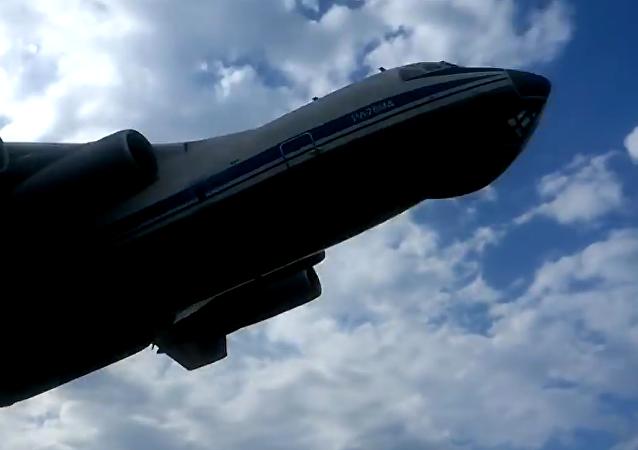 Il-76 a punto de chocar contra cazas Su-25
