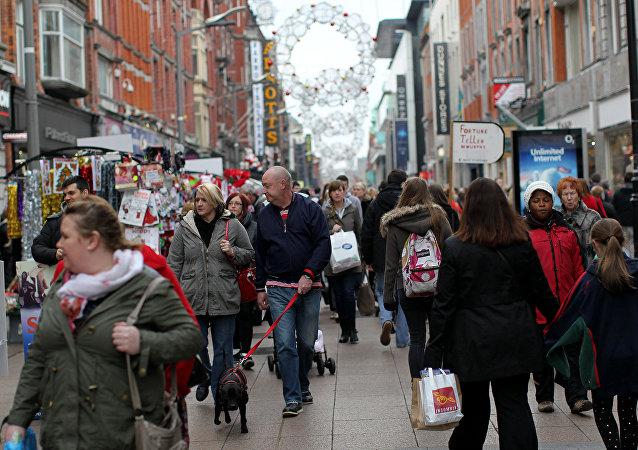 Gente en la calle en Dublín