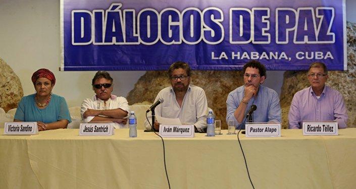 Jefe negociador de las FARC, Iván Márquez (centro), en La Habana (archivo)