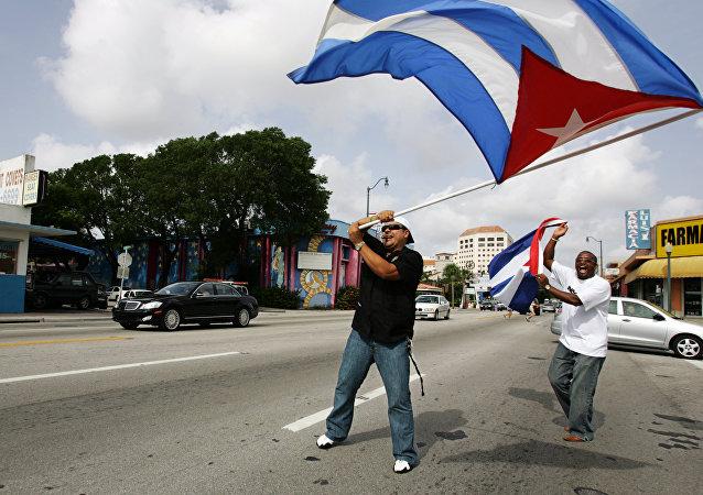 Cubanos con la bandera nacional en Miami, EEUU