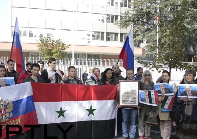 Mitin en Belgrado, organizado por la Unión de estudiantes sirios, en apoyo a misión rusa en Siria