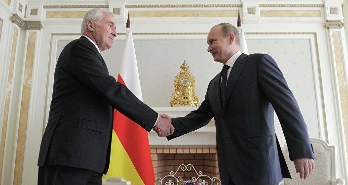 Presidente de Osetia del Sur, Leonid Tibílov, y presidente de Rusia, Vladímir Putin (archivo)