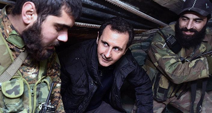 Presidente de Siria, Bashar Asad (centro), conversa con unos soldados del ejercito sirio (Archivo)