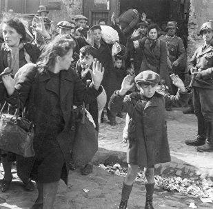 Mujeres y niños descubiertos en Varsovia