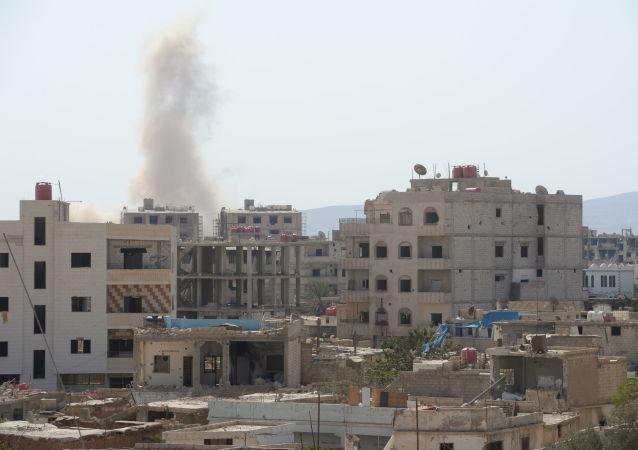 El humo ascende tras explosión en afueras de Damasco