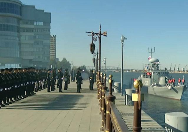 Buques de guerra iraníes atracan en Astracán
