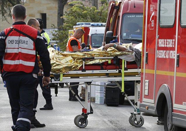Personal médico transporta a una persona herida en el accidente de tráfico en Libourne