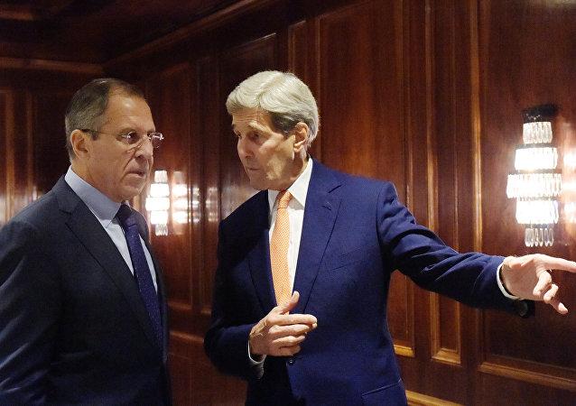 Ministro de Asuntos Exteriores de Rusia Serguéi Lavrov y secretario de Estado de EEUU John Kerry en las consultas de Viena