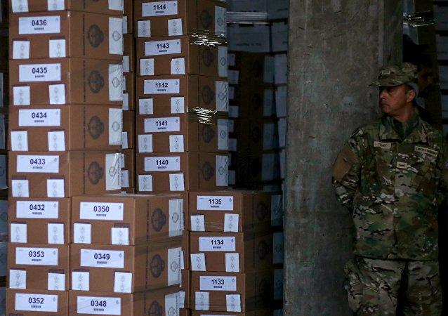 Soldado argentino hace guardia junto a las urnas