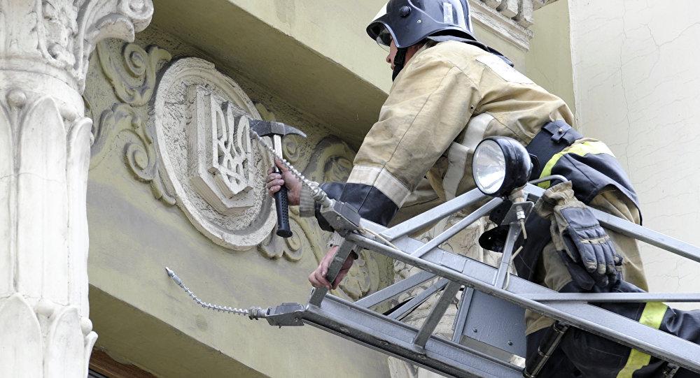 Bombero desmonta el escudo de Ucrania