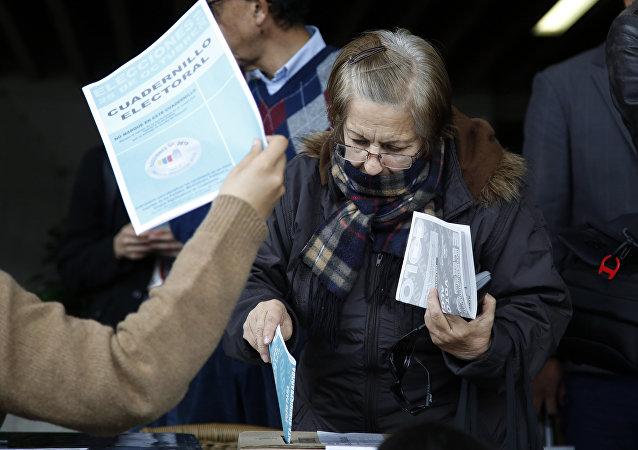 Una mujer vota en las elecciones regionales en Bogotá, Colombia (archivo)