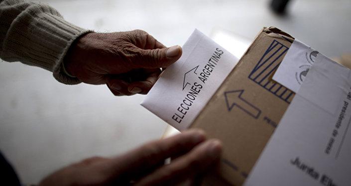 Un hombre vota en elecciones en Argentina (archivo)