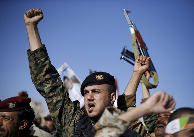 Partidarios de Ansar Alá participan en una marcha en Yemen (Archivo)