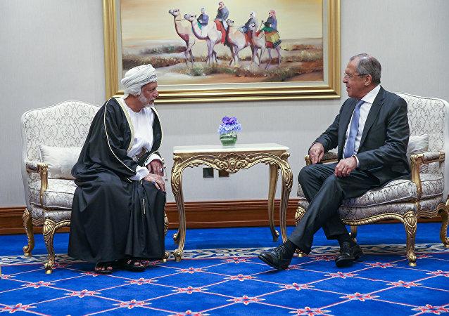 El ministro de Exteriores de Omán, Yusuf bin Alawi, y ministro de Exteriores de Rusia, Serguéi Lavrov (Archivo)
