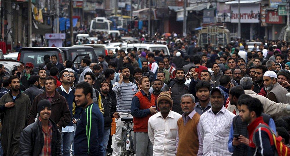 La gente salen por la calle durante el terremoto en Srinagar, Afganistán