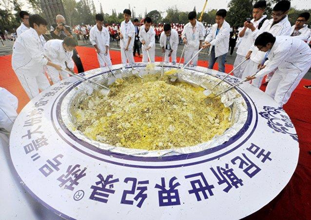 Se cocinan cuatro toneladas de arroz en un intento de récord mundial Guinness en Yangzhóu