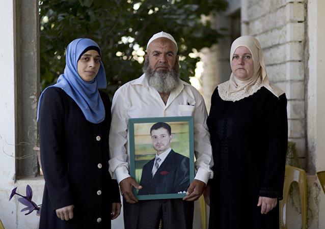 Familia de Islam Hamed con su foto
