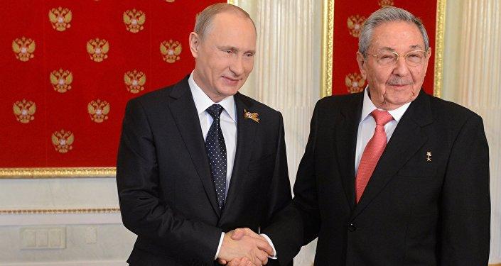 Presidente de Rusia, Vladímir Putin, y presidente saliente de Cuba, Raúl Castro (archivo)