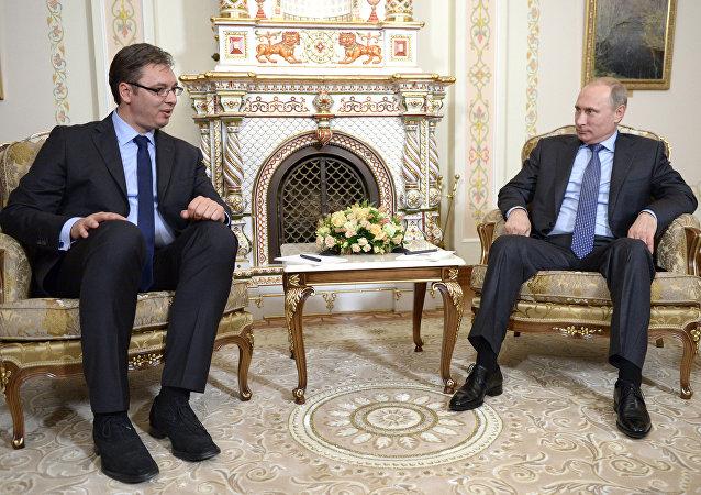 Primer ministro de Serbia, Aleksandar Vucic, y presidente de Rusia, Vladímir Putin (Archivo)