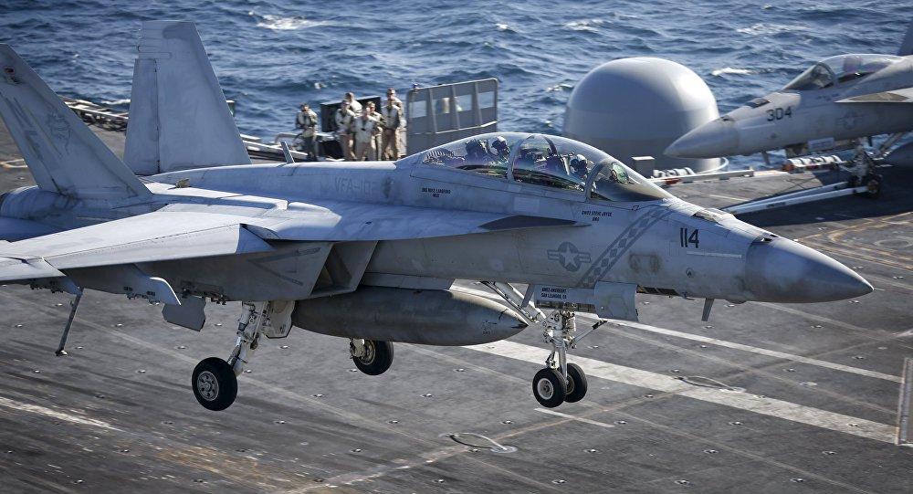 El cazabombarderos F/A-18 aterriza en el portaviones USS Ronald Reagan (archivo)