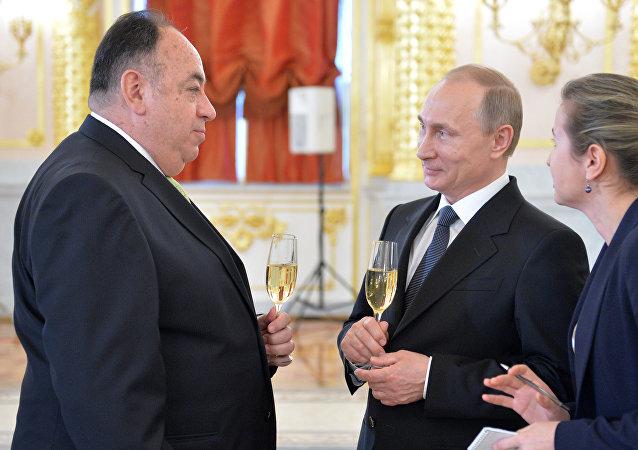 Julio Prado, embajador de Ecuador en Moscú y Vladímir Putin, presidente de Rusia (Archivo)