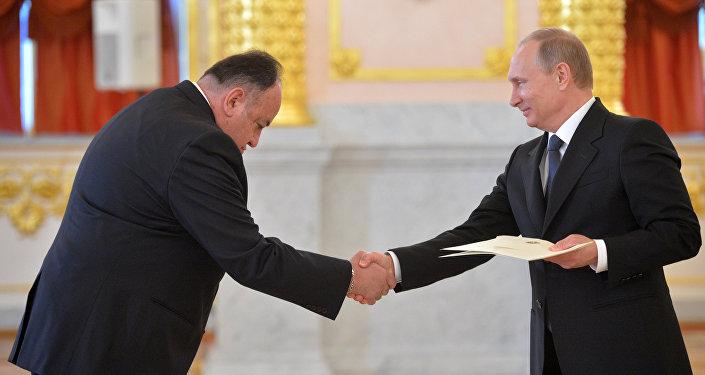 Embajador ecuatoriano en Moscú, Julio Prado, y presidente de Rusia, Vladímir Putin