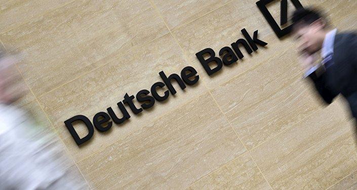 El logo del Deutsche Bank de las oficinas en la City de Londres