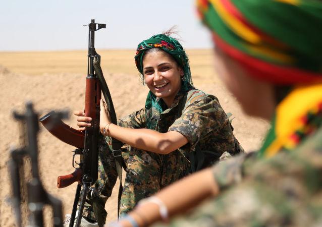 Mujer kurda de las Unidades Femeninas de Protección