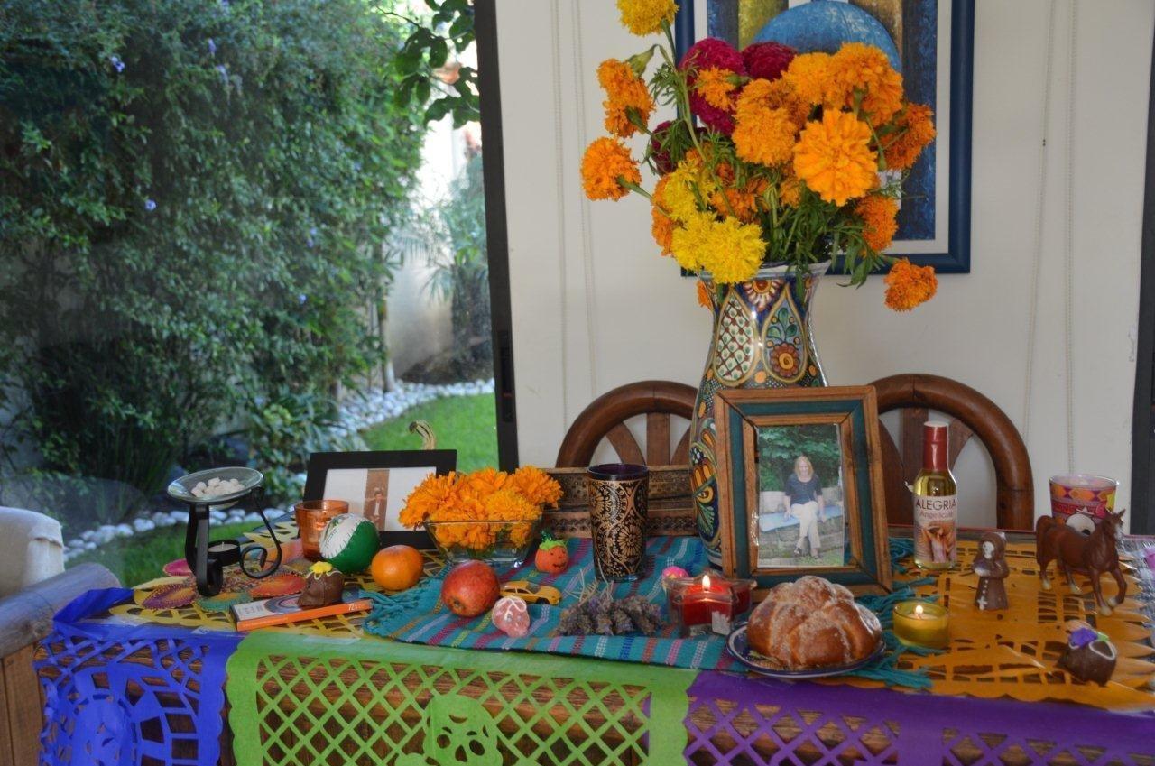 Las familias adornan sus casas con comidas, bebidas, objetos y, recientemente, fotografías de sus seres queridos