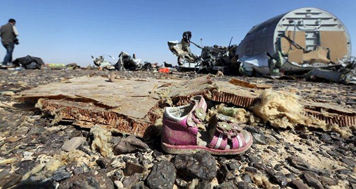 Zapato de un niño en los restos del avión ruso Airbus-321 siniestrado en Egipto