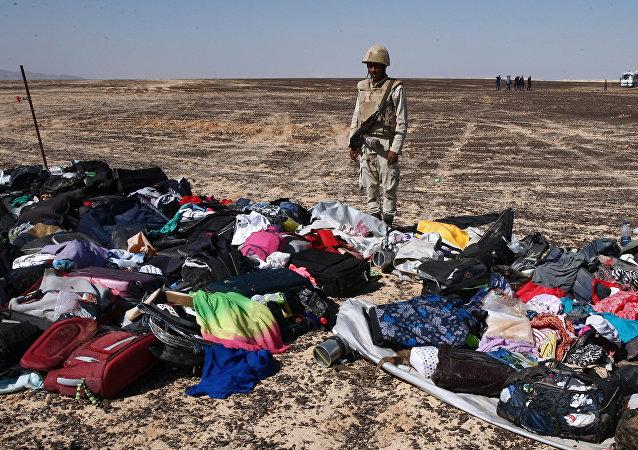Maletas y cosas personales de los pasajeros del A321 en el lugar del siniestro en Egipto