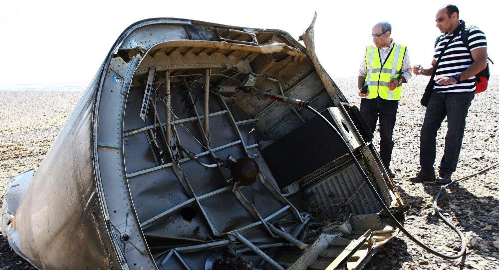 Investigadores examinan los restos del avión ruso Airbus-321 siniestrado en Egipto