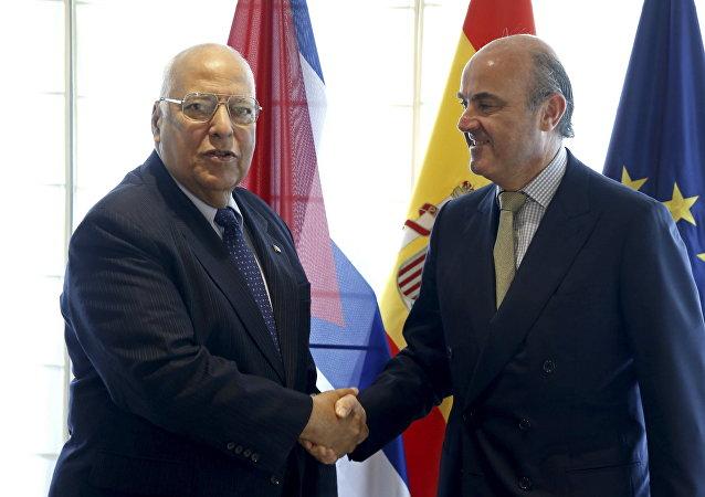 El vicepresidente de Cuba, Ricardo Cabrisas, y el ministro de Economía y Competitividad de España, Luis de Guindos