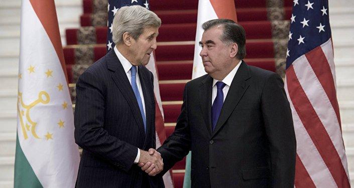 Secretario de Estado John Kerry en un encuentro con presidente de Tayikistán Emomalí Rajmón en Dusambé