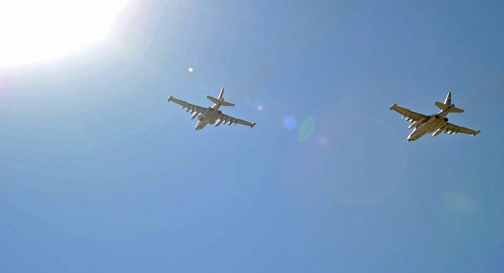 Cazas rusos Su-25 despegan de la base aérea de Hmeymim en Siria