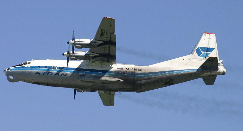 Avión de carga ruso An-12 (archivo)