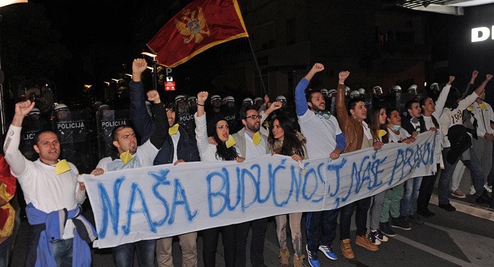 Las protestas antigubernamentales en Montenegro. Un toldo dice 'Nuestro futuro, nuestro derecho'
