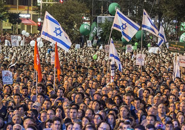 Decenas de miles de israelís se congregaron en la plaza de Rabin para recordar al primer ministro Isaac Rabin (archivo)