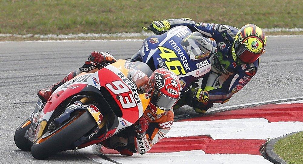 Piloto del equipo Repsol Honda, Marc Márquez (primer plano) y piloto de Yamaha, Valentino Rossi, durante el GP de Malasia