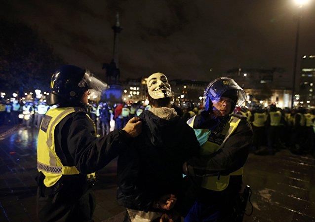 Policía detiene a un partidario de grupo Anonymous durante protestas en Londres, Reino Unido