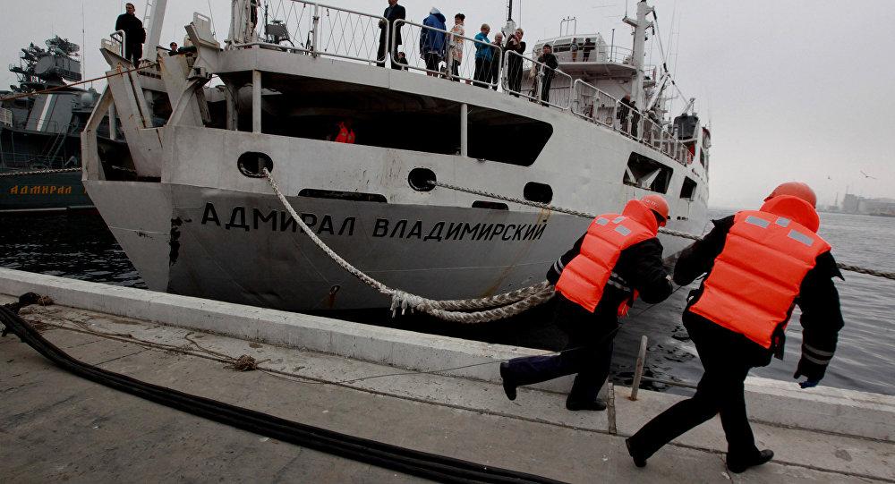 El barco ruso Almirante Vladímirski llega a la Antártida en su vuelta al mundo