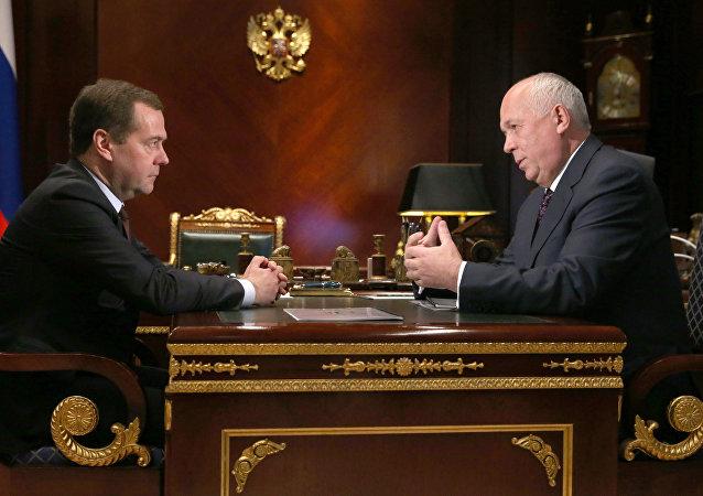 El primer ministro de Rusia, Dmitri Medvédev y el director general de la corporación Rostec, Serguéi Chémezov